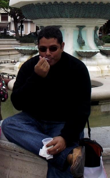 Disfrutando un rico helado de coco en la plaza central de Ponce