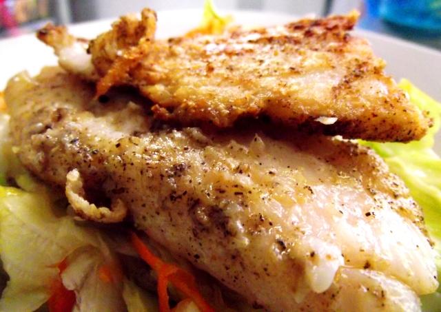 Filete de pescado y ensalada verde