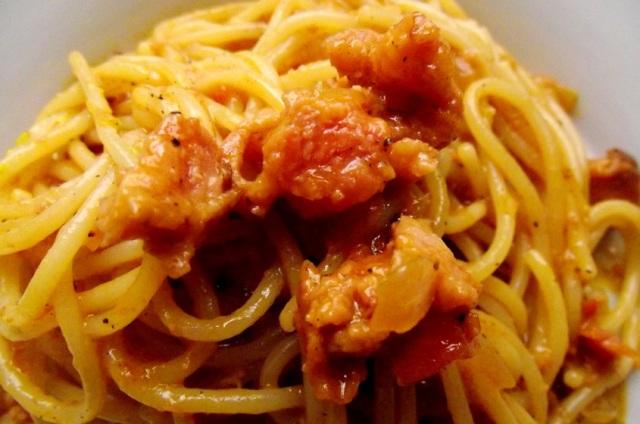 espaguetis a la criolla en salsa roja de chorizo y longaniza