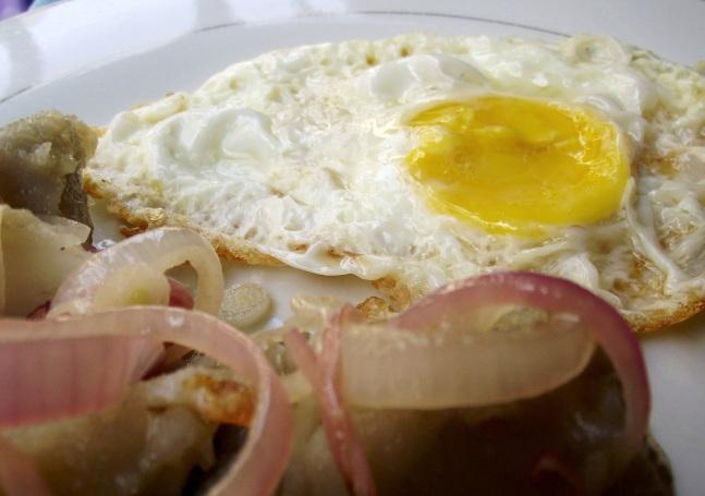 huevo frito con batata y cebollitas