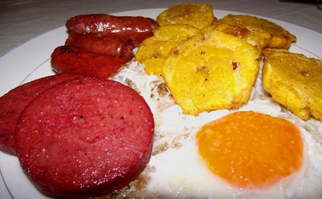 salami con tostones y longaniza