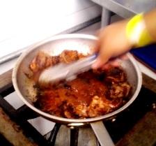 En la cocina, iniciando el sellado de la carne