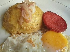 Mangu con huevo frito y salami