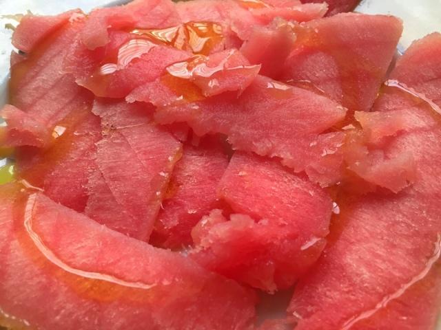 atun cortado en rodajas y aceite de oliva