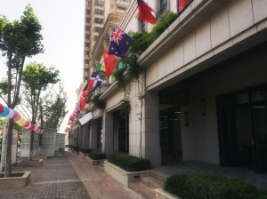 La bandera dominicana ondeo alto en Yantai, China