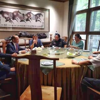 Embajador Briunny Garabito y Arturo Feliz-Camilo reunidos con el Sr. Wang