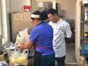 La sous chef Zobeira Gil enseñando al chef a preparar arepitas de maíz
